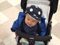 帽子をかぶる息子