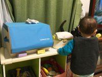 箱の下のスペースが気になって積み木で埋めるレイアウト脳の息子