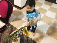 笹を振り回す赤ちゃん