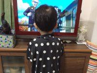 パパのZOZOスーツを着て、トーマスを見る息子